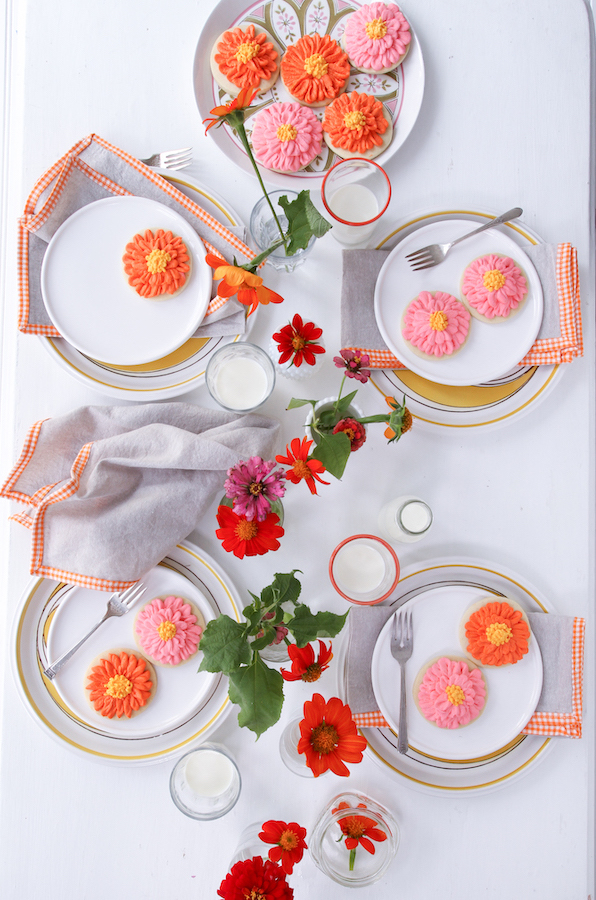 Zinnias, Zinnia Cookies, Sugar Cookies, Libbie Summers Entertains, Libbie Summers Label Napkins, Fun Tablesettings, Happy Table settings, tablescapes, Dessert course, table design, party design